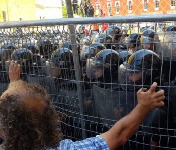 U përleshen me protestuesit e PD-së, plagosen 6 efektivë të FNSH