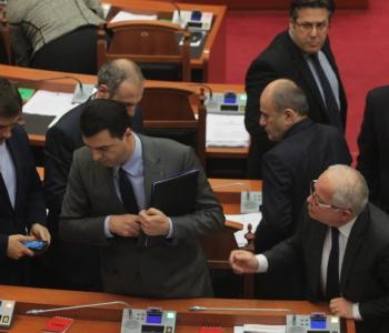 """PS ndan postet në parlament, opozita nis """"kryengritjen"""""""