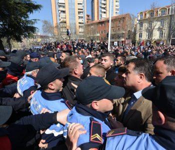 Tensione te Kuvendi/ Protestuesit përplasen me Policinë, Blutë thirrje Bardhit (VIDEO)
