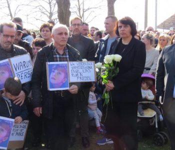 Mijëra shqiptarë e zviceranë në marshimin-homazh për vogëlushin e vrarë