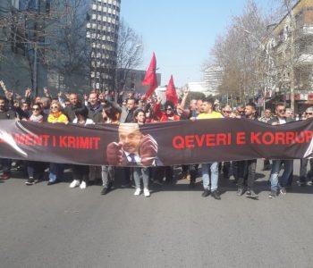 Protestuesit e opozitës përplasen me policinë, shumica duartroket deputetët e rinj (VIDEO)