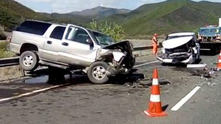 Përplasen dy makina, 5 të plagosur, 2 në gjendje të rëndë