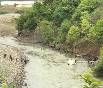 Ra nga 200 metra lartësi në lumin Shkumbin, shpëton shoferi