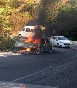 Makina shpërthen në flakë dhe digjet, shpëton shoferi