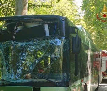 Shmanget tragjedia në Itali, autobusi përplaset me pemën, 30 të plagosur