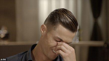 Ronaldo shpërthen në lot kur i tregohet videoja e babait të ndjerë