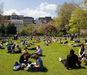 Britania pritet të ndryshojë politikat rreth qëndrimit të studentëve
