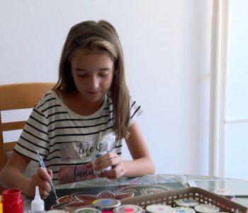Nxënësja që shet pikturat për të blerë ilaçe (Video)