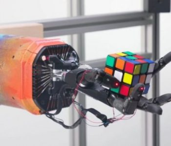 Një krah robotik zgjidh kubin Rubik për 4 minuta (VIDEO)