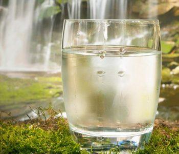 Ja sa gota me ujë duhet të pini nga mëngjesi deri në darkë