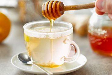 Ujë, mjaltë e limon esëll në mëngjes për imunitet të fortë