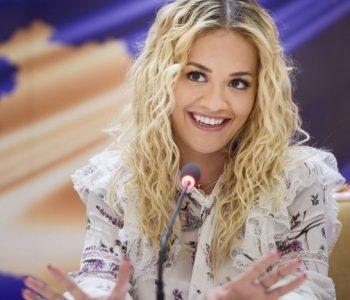 Rita Ora ndjek nga larg ndeshjen Kosovë-Angli, ja për kë bën tifo ajo (Foto)