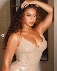 Beyonce i mahniti të gjithë me fustanin e saj të ngushtë dhe me dekolte (Foto)
