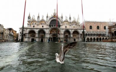 Përmbytje në qytetin turistik, dy persona humbin jetën (video)