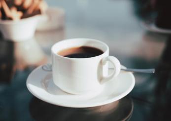 Ja sa sheqer duhet t'i hidhni kafes dhe kujdesi që duhet të tregoni