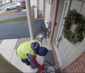Shpërndarësi befasohet kur lë porosinë në derë, ikën duke kërcyer (Video)