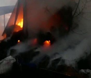 Zjarr në një magazinë në Fier, digjet furgoni dhe 1000 dengje bari