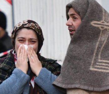 Turqi/ Banorët në panik nga të tjera lëkundje, e kalojnë natën jashtë në temperatura nën zero