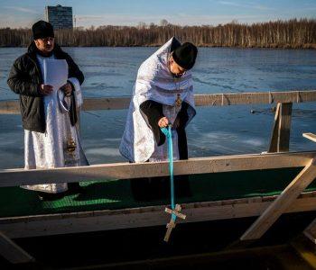 Zhytje në ujëra të akullta/ Epifania festohet sot në Rusi (Foto+Video)
