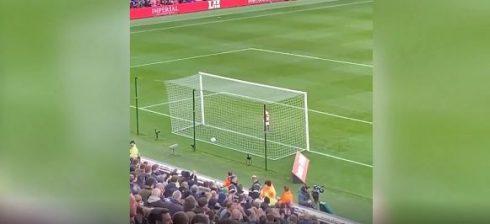 Vogëlushi iu merr topin gjyqtarëve dhe shënon gol, stadiumi në gaz (Video)