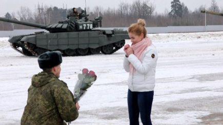 Në mes të acarit, ushtari i bën surprizën më të bukur të fejuarës së tij (Video)