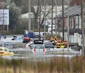 """Alarm në Britani, Stuhia """"Denis"""" shkakton tre viktima dhe qindra të plagosur"""