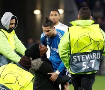 Tifozi hyri në fushë gjatë ndeshjes për të takuar Ronaldon, nxirret jashtë nga siguria (Video)