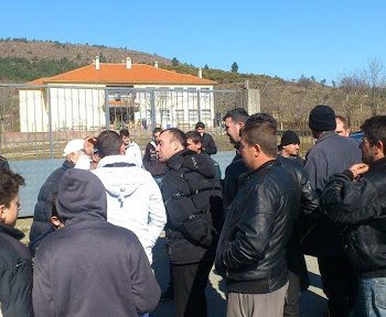 """""""Kemi mbetur në dorë të Zotit"""", banorët protesojnë para bashkisë"""