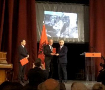 """""""Tirana, një shekull kryeqytet"""", dekorohen figura që lanë gjurmë në histori (FOTO)"""