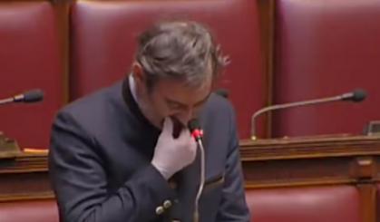 """"""" Nuk dimë ku t'i çojmë viktimat"""", deputeti italian shpërthen në lot në paralament (VIDEO)"""