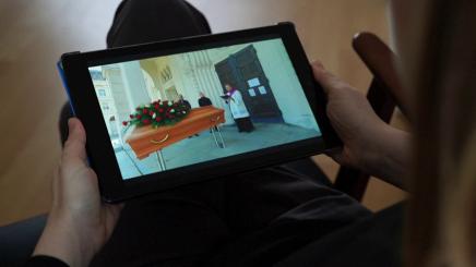 Të izoluar nga koronavirusi, tani ceremonitë mortore transmetohen online