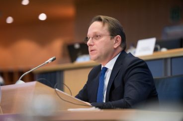 Komisioneri për Zgjerim Varhelyi bisedë me Bashën: Duam që Shqipëria të hapë negociatat, të vazhdohen reformat