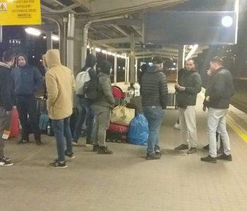 30 shqiptarë braktisen nga firma e punësimit në Poloni, i kalojnë netët në stacionin e trenit (Foto)