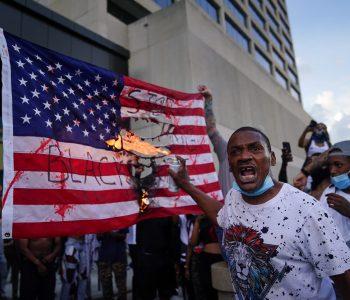 Kaos në Amerikë, vritet një polic gjatë protestave, plagoset rëndë një tjetër