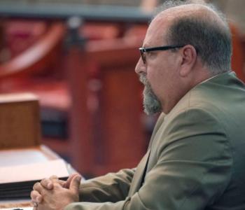 """""""A i mbylle këmbët"""", pyetjet vulgare për të përdhunuarën i kushtojnë shtrenjtë gjyqtarit"""